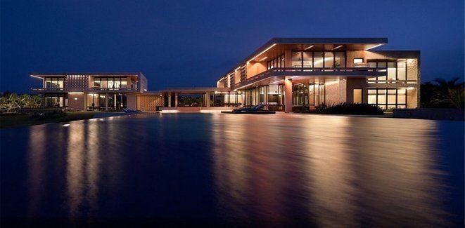 将现代住宅风格和当地建材相结合。住宅采用钢筋混凝土结构,用当地的珊瑚礁石做外立面。窗户应用当地结识的硬木。别墅有8间客房套间,每间都有独立浴室。别墅包括一间桌球室。室外还有玩槌球和羽毛球的场地。还有无边游泳池以及无敌海景。