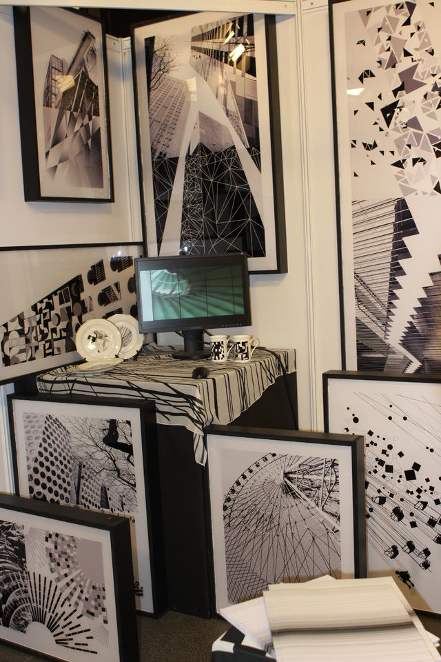 近日,清华大学美术学院2010届本科生毕业展览在清华大学美术学院举行。来自染服、陶瓷、工业、环艺、视传、信息、绘画、雕塑、工艺美术9个系24个专业268名同学的 805余件(套)艺术设计和美术创作作品参加了此次展览。 下面是现场部分视觉传达类作品: