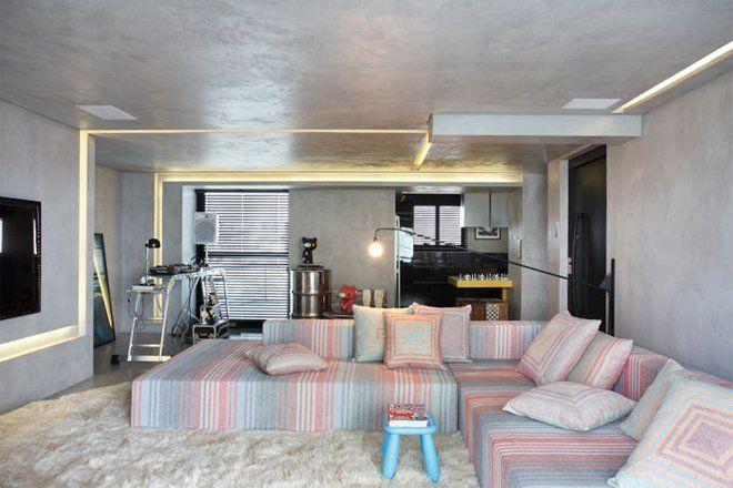 位于巴西圣保罗,总面积135平米,由 Studio Guilherme Torres 设计,FJ House 的主人是 DJ ,企业家,一名成功的单身汉。公寓是巴西上世纪八十年代典型建筑,Studio Guilherme Torres 进行了彻底翻新并重新规划布局,新的空间包括一间带有浴室及卫生间的主卧,客卧,一个卫生间,带有休闲餐饮空间的客厅,洗衣区和厨房。 Studio Guilherme Torres 创造了一种极具戏剧效果的照明环境,济南设计公司,高亮度低能耗的暖色 LED 光源设置在遍布房